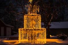 La fuente de la Navidad adornó las luces blancas Fotos de archivo