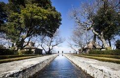La fuente de piedra vieja le gusta largo de un río en un jardín del manierista Foto de archivo