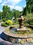 La fuente decorativa original en un jardín botánico Fotografía de archivo