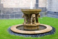 La fuente del león en el patio de la abadía de Maria Laach en G Fotos de archivo