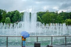 La fuente del puente del parque de Tsaritsyno en Moscú, Rusia foto de archivo