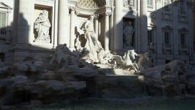 La fuente del Trevi es una fuente en el districto del Trevi en Roma, Italia almacen de video