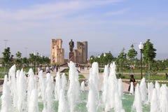 La fuente, el parque y las ruinas del palacio de Aksaray de Amir Timur en Shakhrisabz, Uzbekistán Foto de archivo libre de regalías