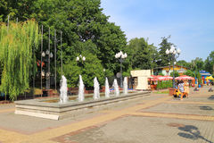 La fuente en cuadrados, un paisaje de la ciudad del verano en la ciudad de Svetlogorsk Imagenes de archivo