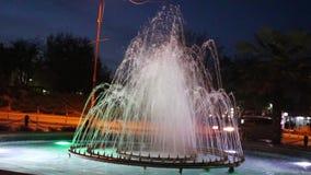 La fuente en el centro de Petrich a la ciudad Bulgaria Pasillo almacen de video