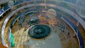 La fuente en el medio del centro comercial Rusia, Moscú, el 24 de agosto de 2018 metrajes