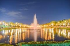 La fuente en el parque público imagen de archivo libre de regalías