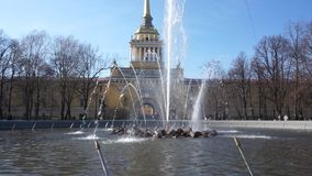 La fuente en la entrada principal al edificio del Ministerio de marina en St Petersburg Dar une vuelta de la gente metrajes