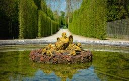 La fuente en los jardines de Versalles Imágenes de archivo libres de regalías
