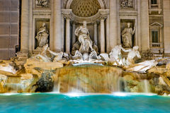 La fuente famosa en la noche, Roma del Trevi Imagen de archivo