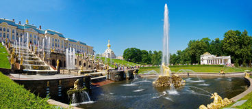 La fuente magnífica de la cascada en Peterhof fotos de archivo libres de regalías