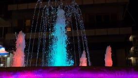 La fuente seca hermosa con brillante iluminado salpica en la noche en ciudad Fuente hermosa en la noche en Dnipropetrovsk almacen de metraje de vídeo