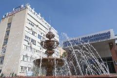 La fuente y el edificio de Pyatigorsk indican la universidad lingüística, Imagen de archivo libre de regalías