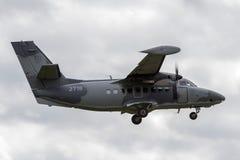 La fuerza aérea eslovaca dejó el motor del gemelo de L-410UVP-E20 Turbolet transportar los aviones en acercamiento para aterrizar fotografía de archivo libre de regalías
