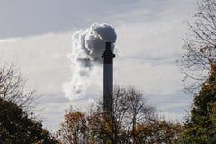 La fumée blanche sort de la cheminée photographie stock libre de droits
