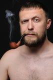 La fumée d'homme la pipe photo stock