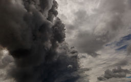La fumée d'un feu envahissant le ciel Photo stock