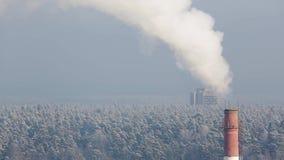 La fumée de la cheminée un jour froid d'hiver banque de vidéos