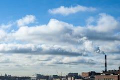 La fumée se lève de la cheminée et des fusions avec le nuage photos libres de droits