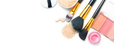 La fundaci?n o la crema l?quida cosm?tica, polvo de cara flojo, los diversos cepillos para aplica maquillaje Componga la mancha y imagen de archivo libre de regalías