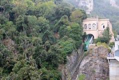 La funicular Santa Cova de en la abadía benedictina Santa Maria de Montserrat, España Imagen de archivo libre de regalías
