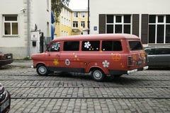 La furgoneta vieja de Ford pintada con símbolos de la paz y la calidad, cultura joven de Letonia aprecia estilo retro Fotos de archivo