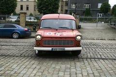 La furgoneta vieja de Ford pintada con símbolos de la paz y la calidad, cultura joven de Letonia aprecia estilo retro Imagen de archivo libre de regalías