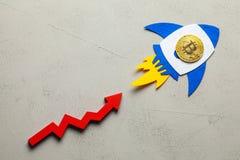 La fus?e de Bitcoin avec une pi?ce de monnaie de cryptocurrency vole  La croissance du march? de cryptocurrency et le taux de Bit photographie stock