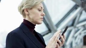 La future connexion des personnes par un hologramme, une communication et un envoi des dossiers importants, dame d'affaires dans banque de vidéos