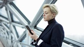 La future connexion des personnes par un hologramme, une communication et un envoi des dossiers importants, dame d'affaires dans clips vidéos