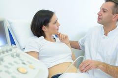 La future mère s'est inquiétée de la grossesse posant des questions Images libres de droits