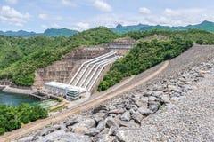 La génération d'énergie hydroélectrique au barrage de Srinakarin chez Kanc images libres de droits