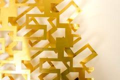 La géométrie de coupe de feuille en laiton sur le fond blanc images stock