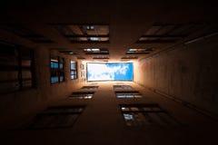 La géométrie de la vue de bâtiment de dessous Photo libre de droits