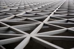 La géométrie urbaine, architecture moderne noire et blanche Grande construction en métal Image stock