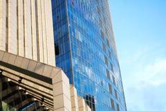 La géométrie urbaine moderne de paysage urbain contre le ciel bleu photo libre de droits