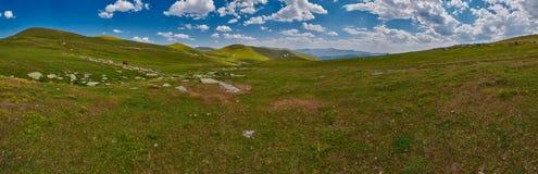 La Géorgie haute dans le panorama de paysage de montagnes image libre de droits
