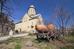 La Géorgie - Tbilisi - église de St Nicolas et vieux chariot rustique avec c Photographie stock libre de droits