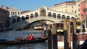 La góndola con los turistas flota en el Gran Canal Venecia, Italia metrajes