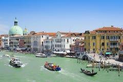 La góndola navega abajo del canal en Venecia Fotografía de archivo