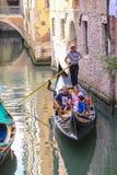 La góndola navega abajo del canal en Venecia Foto de archivo libre de regalías