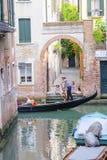 La góndola navega abajo del canal en Venecia Fotos de archivo