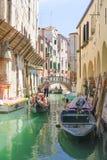 La góndola navega abajo del canal en Venecia Foto de archivo