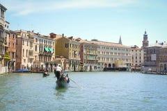 La góndola navega abajo del canal en Venecia Imagen de archivo
