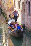 La góndola navega abajo del canal en Venecia Imágenes de archivo libres de regalías