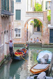 La góndola navega abajo del canal en Venecia Fotografía de archivo libre de regalías