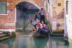 La góndola navega abajo del canal en Venecia Imagenes de archivo
