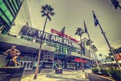 LA gör till kung banret och den Jerry West statyn i Staples Center Arkivfoton