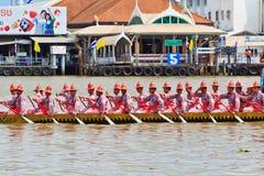 La gabarra adornada desfila más allá del palacio magnífico en Chao Phraya River Foto de archivo libre de regalías
