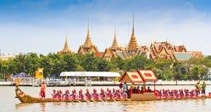 La gabarra adornada desfila más allá del palacio magnífico en Chao Phraya River Imagen de archivo